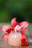 Rütteln Sie mit Cocktail der rosa Pampelmuse auf grünem Hintergrund bokeh Stockfoto