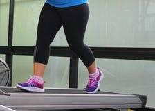 Rütteln, um Gewicht zu verlieren, um gesund zu sein, Beine, die Turnschuhe runni tragen Lizenzfreies Stockfoto