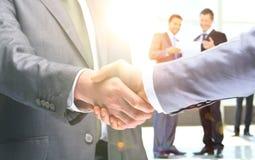 Rütteln von Händen, um ihre Partnerschaft zu bestätigen Lizenzfreies Stockfoto