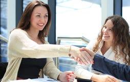 Rütteln von Händen während eines Geschäftstreffens Lizenzfreie Stockfotos
