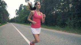 Rüttelnde Praxis einer hübschen Dame im Waldgesunden Sportlerinbetrieb stock footage