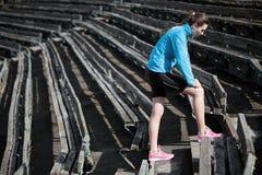 Rüttelnde und laufende Übungen der jungen Frau Stockfotos