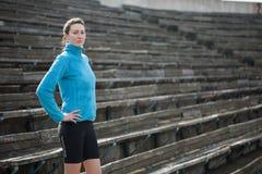 Rüttelnde und laufende Übungen der jungen Frau Lizenzfreie Stockfotografie