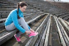 Rüttelnde und laufende Übungen der jungen Frau Stockfotografie