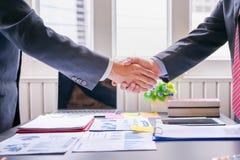 rüttelndes erfolgreiches Abkommen des Mit-Investitionsgeschäfts Handnach großer Sitzung lizenzfreies stockbild