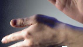 Rüttelt seine Hände und flourdust, Talkum fliegt von ihnen Langsame Bewegung stock footage