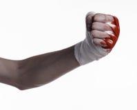 Rüttelte seine blutige Hand in einem Verband, blutiger Verband, Kampfclub, Straßenkampf, blutiges Thema, der weiße Hintergrund, l Lizenzfreie Stockbilder