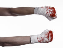 Rüttelte seine blutige Hand in einem Verband, blutiger Verband, Kampfclub, Straßenkampf, blutiges Thema, der weiße Hintergrund, l Stockfotografie