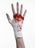 Rüttelte seine blutige Hand in einem Verband, blutiger Verband, Kampfclub, Straßenkampf, blutiges Thema, der weiße Hintergrund, l Lizenzfreies Stockbild