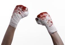 Rüttelte seine blutige Hand in einem Verband, blutiger Verband, Kampfclub, Straßenkampf, blutiges Thema, der weiße Hintergrund, l Stockbilder