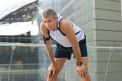 Rüttler, der nachdem dem Laufen stillsteht stockfotos