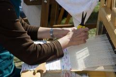 rąk tkaniem Zdjęcia Royalty Free