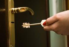 ręce 2 żelaza klucza blokowania drzwi zdjęcia royalty free