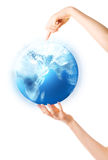 ręce gospodarstwa globu błyszcząca kobieta Obraz Royalty Free