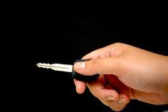 ręce klucz samochodowy gospodarstwa obraz royalty free