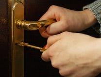 ręce klucza drzwi blokujących żelaza zdjęcia royalty free