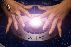 ręce na magię kuli zdjęcie stock
