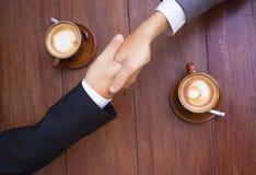 ręce przedsiębiorstw występować samodzielnie ręka człowieka drgawki biała kobieta fotografia stock