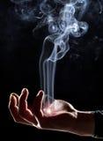 ręce wstępujący magię dymu Fotografia Royalty Free