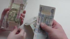 ręce zazielenień pieniądze wypłaty sukces zbiory wideo