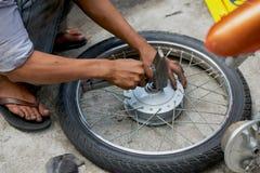 Ręczna motocyklu koła naprawa na ulicie obrazy royalty free