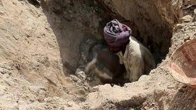 Ręczna praca w India, biedny kopalniany pracownik łama kawały łyszczyk Górnicze kopaliny zdjęcie wideo