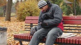 Ręcznego pracownika dosypianie pijący na ławce, problemy z zdrowie, niezdrowy styl życia zbiory wideo