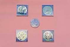 Ręcznie malowany ceramiczne płytki i różyczki z mitycznymi fabułami na menchii ścianie zdjęcie royalty free