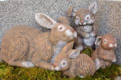 Ręcznie malowany Wielkanocny królik na mech zdjęcia royalty free