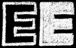 Ręcznie pisany biel kredy anglicy piszą list E odizolowywającego na czerń plecy royalty ilustracja