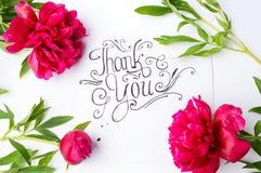 Ręcznie pisany Dziękuje ciebie karcianego z kwiatami zdjęcie stock