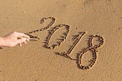 Ręcznie pisany liczby na piasku 2018 z męską ręką Obraz Royalty Free