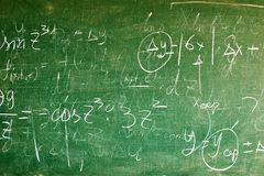 Ręcznie pisany równania na zielonym blackboard obraz royalty free