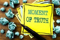 Ręcznie pisany tekst pokazuje chwila prawdy Biznesowy pojęcie dla trudna decyzja naciska Pisać na kleistym nutowym papierze, drew obraz stock