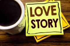 Ręcznie pisany tekst pokazuje Love Story Biznesowy pojęcie dla Kochać Someone Kierowy pisać na kleistym nutowym papierze na drewn Fotografia Royalty Free