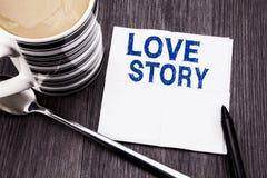 Ręcznie pisany tekst pokazuje Love Story Biznesowy pojęcie dla Kochać Someone Kierowy pisać na tkankowej papierowej chusteczce na Zdjęcia Stock