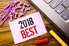 Ręcznie pisany tekst pokazuje 2018 Najlepszy Biznesowego pojęcie dla wyboru przeglądu pisać na różowym kleistym nutowym papierze  Obrazy Stock