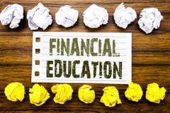 Ręcznie pisany tekst pokazuje Pieniężną edukację Biznesowy pojęcie dla Finansowej wiedzy Pisać na kleistej notatce, drewnianej z  fotografia royalty free