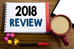 Ręcznie pisany tekst pokazuje 2018 przegląd Biznesowa pojęcia writing informacje zwrotne Na postępie Pisać na notepad nutowym pap Obrazy Stock