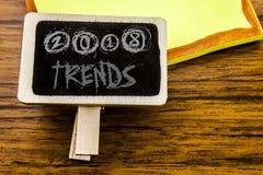 Ręcznie pisany tekst pokazuje 2018 trendów Biznesowy pojęcie dla Wykazywać tendencję dane przepowiednię pisać na zawiadomienie de Zdjęcie Stock