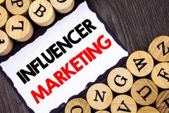 Ręcznie pisany teksta Influancer szyldowy pokazuje marketing Biznesowy pojęcie dla Ogólnospołecznej Medialnej Online oddziaływani zdjęcie royalty free