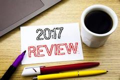 Ręcznie pisany teksta podpis pokazuje 2017 przegląd Biznesowy pojęcia writing dla Rocznego Zbiorczego raportu pisać na notatnik k obraz stock