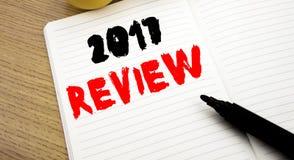 Ręcznie pisany teksta podpis pokazuje 2017 przegląd Biznesowy pojęcia writing dla Rocznego Zbiorczego raportu pisać na notatniku  zdjęcia royalty free