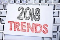 Ręcznie pisany teksta podpis pokazuje 2018 trendów Biznesowy pojęcia writing dla Wykazywać tendencję dane przepowiednię pisać na  Zdjęcia Royalty Free