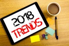 Ręcznie pisany teksta podpis pokazuje 2018 trendów Biznesowy pojęcia writing dla Wykazywać tendencję dane przepowiednię Pisać na  Zdjęcie Stock