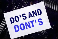 Ręcznie pisany teksta seans Robi s I no Donts Biznesowy pojęcie dla przewdonika Pozwolił Pisze na kleistej notatce, komputerowy g zdjęcia stock