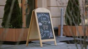 Ręcznie pisany uliczny menu na blackboard w dzwi wejściowy restauracja Kawiarnia dinner zdjęcie wideo