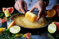 Ręcznie robiony cytrusa tarta z szef kuchni ręką obraz stock