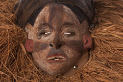 Ręcznie robiony drewniana afrykanin maska z arkanami symuluje włosy human Obraz Stock