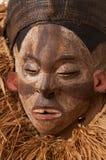 Ręcznie robiony drewniana afrykanin maska z arkanami symuluje włosy human Zdjęcie Stock